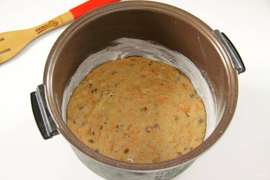 """Чашу мультиварки смажьте маслом, обсыпьте дно и бока мукой. Вылейте тесто и разровняйте его ложкой. Выпекайте в режиме """"Выпечка"""" до звукового сигнала, оставьте на 10 минут на подогреве, после чего откройте крышку и остудите пирог."""