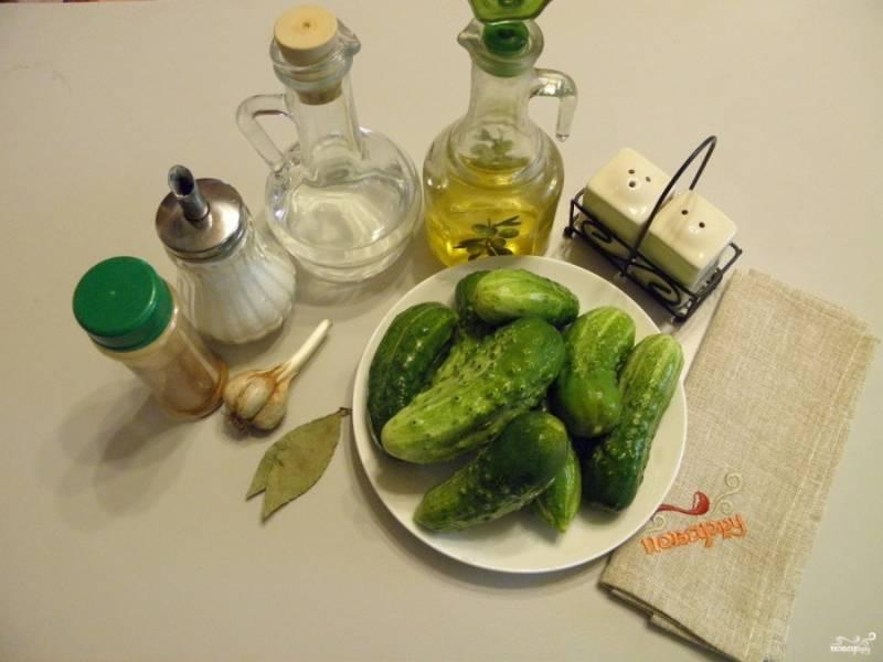 Подготовьте продукты для маринования. Огурцы вымойте и замочите в холодной воде на 2 часа.