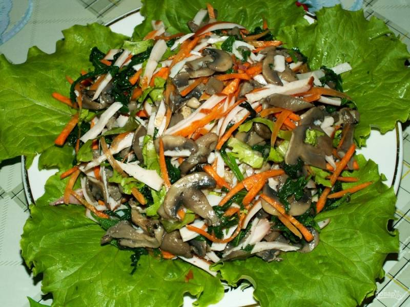 Готовый салат из вешенок вы можете подать на листе салата. Приятного аппетита!