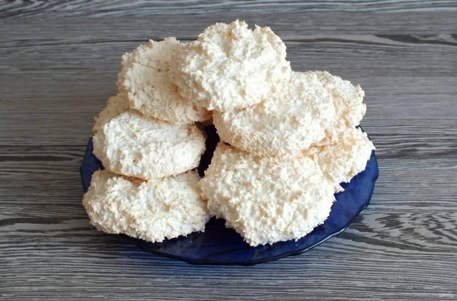 Печенье переложите на блюдо и охладите.