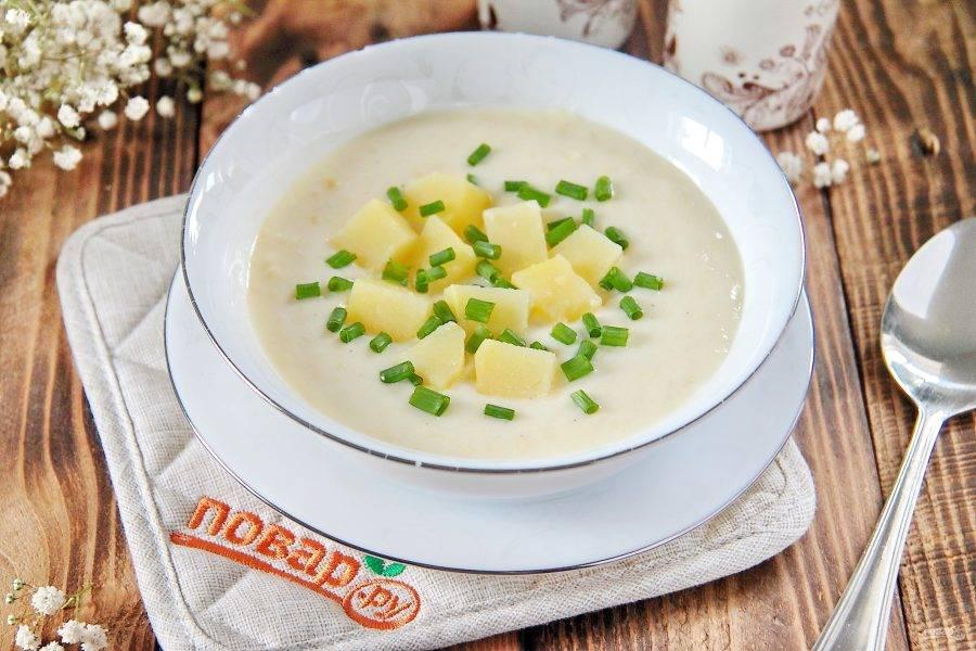 12. Разложите готовый суп по тарелкам и каждую порцию украсьте нарезанным картофелем, да зеленым луком. Приятного аппетита!