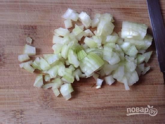 Нарезаем мелко репчатый лук, обдаем его кипятком, добавляем к луку лимонный сок.