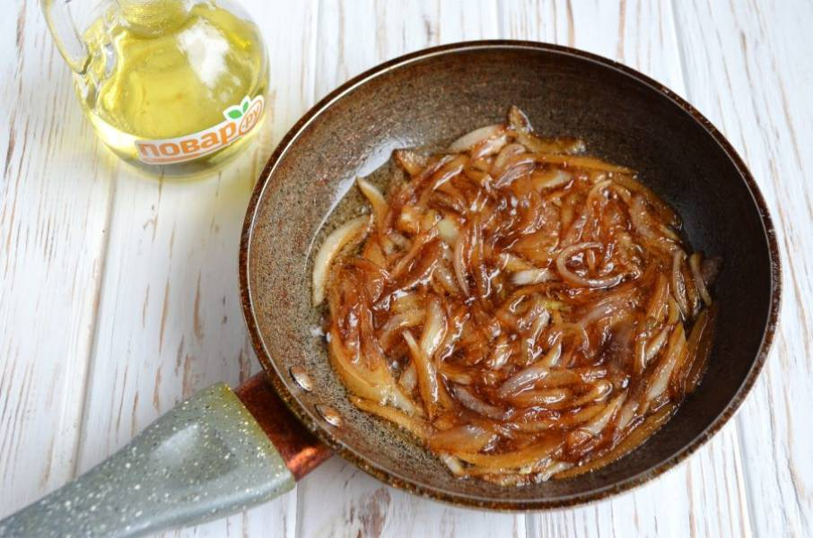 3. Дождитесь пока лук карамелизируется, влейте соевый соус, бальзамический уксус, перемешайте и снимите с огня через пол минутки.