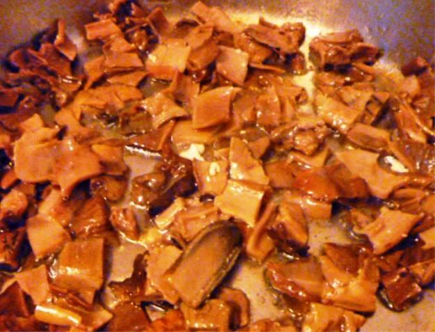 Затем обжарьте грибы в той же сковороде, добавив немного масла. Грибы жарьте минут 8.