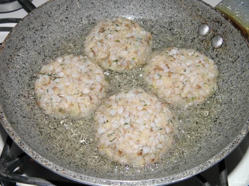 Разогрейте растительное масло на сковороде. Обжаривайте на медленном огне 3-4 минуты.