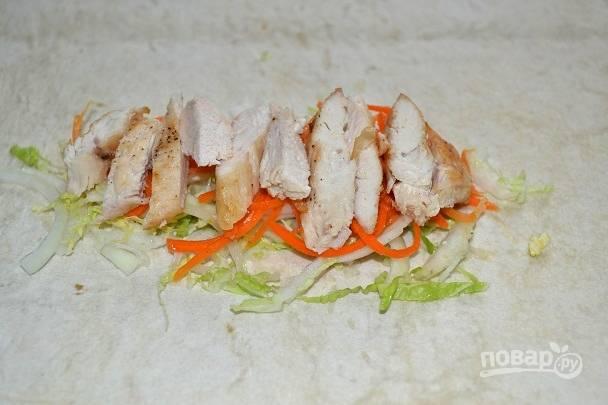 6. Выложите ломтики курицы.