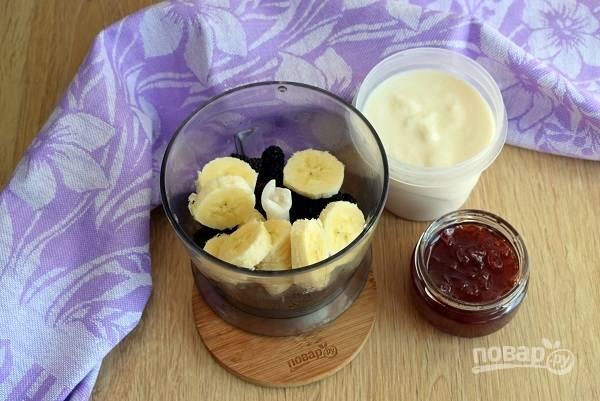 Перемешайте в блендере шелковицу и банан до однородности. Добавьте йогурт и розовое варенье (мед), взбейте до однородности.
