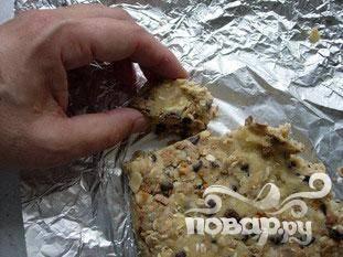 По истечении этого времени, выньте тесто из холодильника. Столовой ложкой берите кусочки теста
