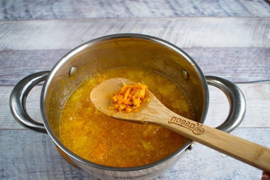 Добавьте цедру апельсина, замоченный агар-агар, перемешайте, доведите до кипения, варите при слабом кипении массы в течение 5-7 минут. Не забывайте помешивать! Добавьте разведенную лимонную кислоту, перемешайте, снимите с огня.