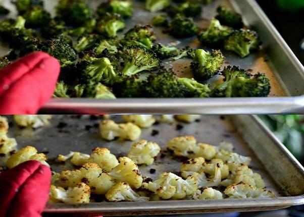 4. Минут через 20-25 минут овощи можно доставать. Именно запеченными в этот простой рецепт супа из брокколи и цветной капусты их лучше брать - аромат и вкус невероятный.