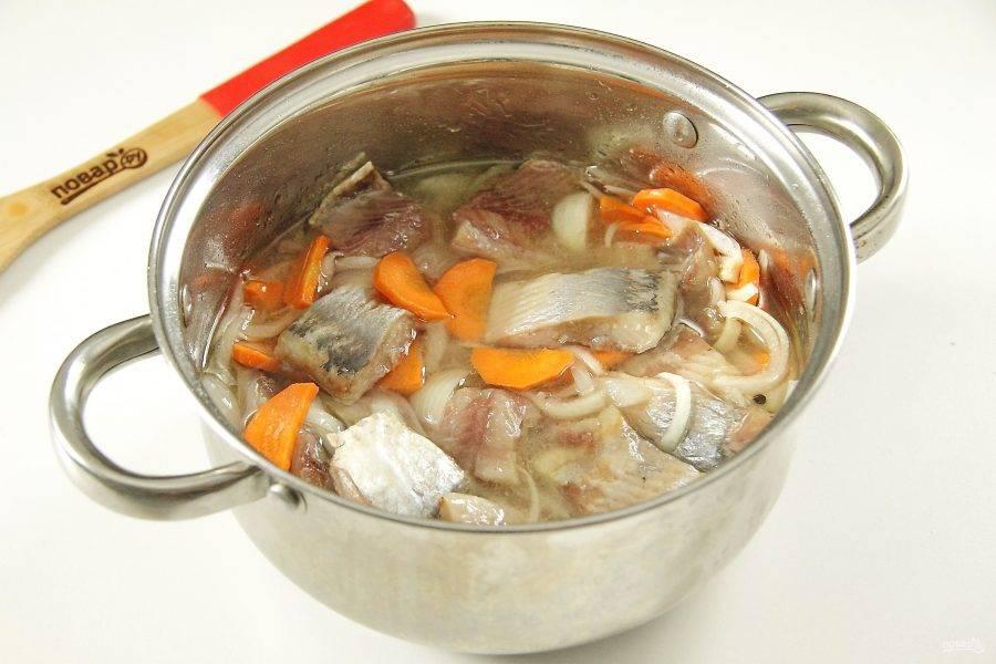 Добавьте к холодному маринаду нарезанное филе сельди. Перемешайте.