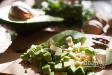 2. Очистите и нарежьте авокадо.