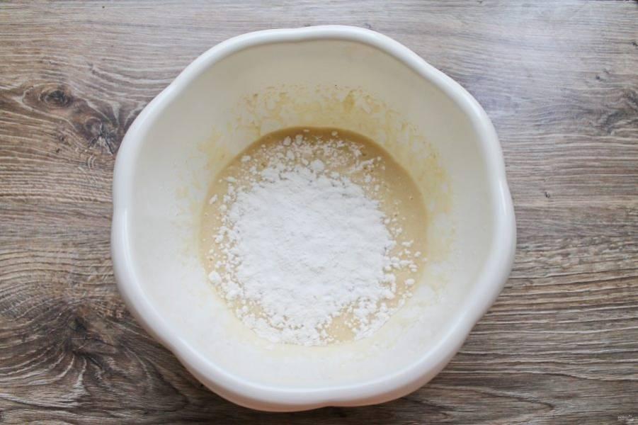 Муку смешайте с разрыхлителем и перемешайте. Просейте муку через мелкое сито в миску с яичной массой, перемешайте.