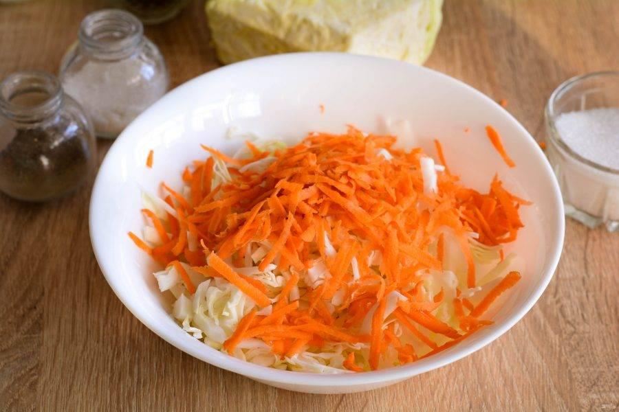Натрите морковку на терке.