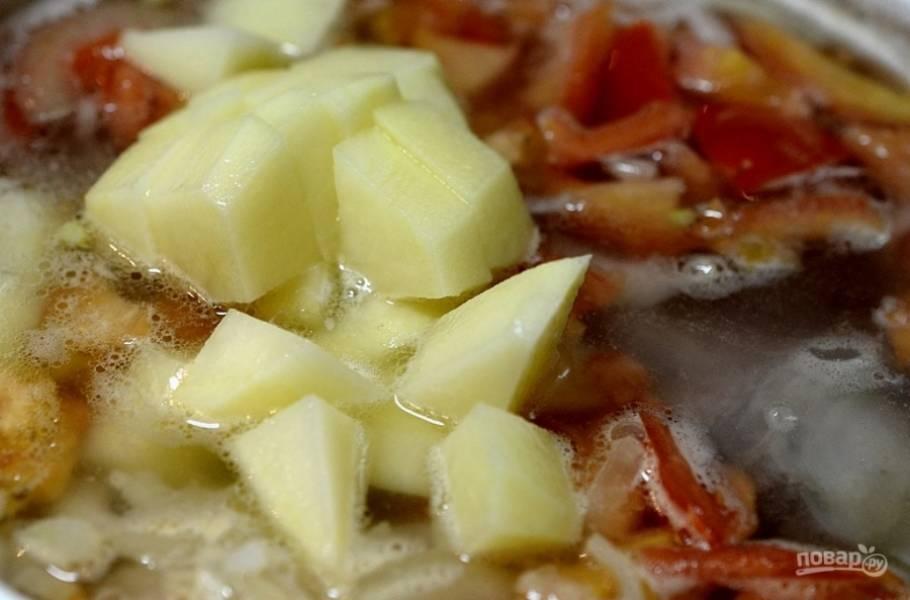 Проварите 10 минут. Добавьте нарезанный кубиками картофель, варите до его готовности.