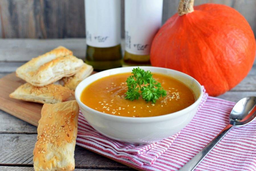 Перемешайте суп и разлейте по тарелочкам. Посыпьте сверху обжаренным кунжутом и подавайте с хрустящими хлебцами.