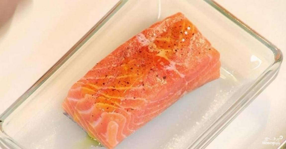 Разогрейте духовку до 180 градусов. Сёмгу почистите, пропойте, натрите её солью и перцем. Смажьте оливковым маслом и спрысните соком лайма. Дайте постоять рыбе 10 минут, а потом обжарьте минут 5. А потом в форме для выпечки запекайте ещё 5 минут.