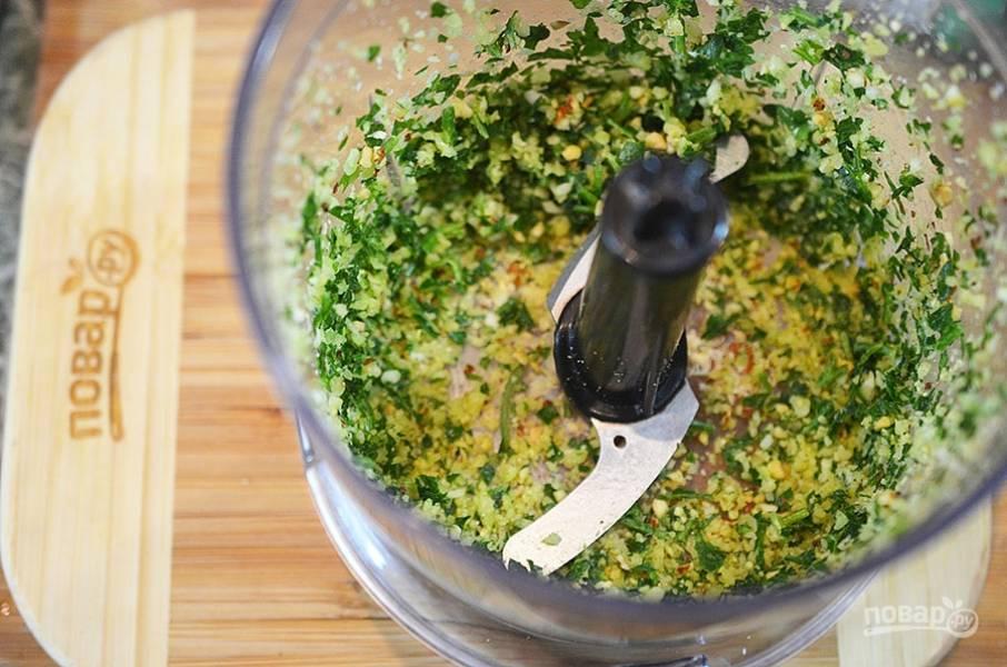 Сначала сделаем соус песто. В чашу блендера положите все ингредиенты для песто, кроме масла и соли. Измельчите.