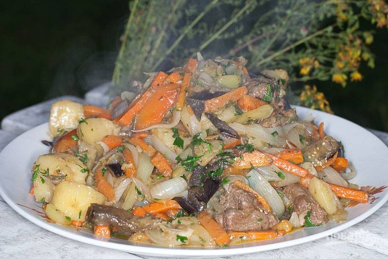 В конце добавьте специи, соль, перец и зелень. Приятного аппетита!