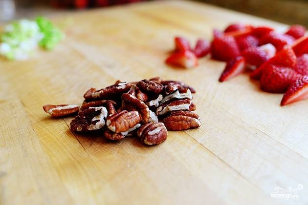 Измельчите орехи пекан.