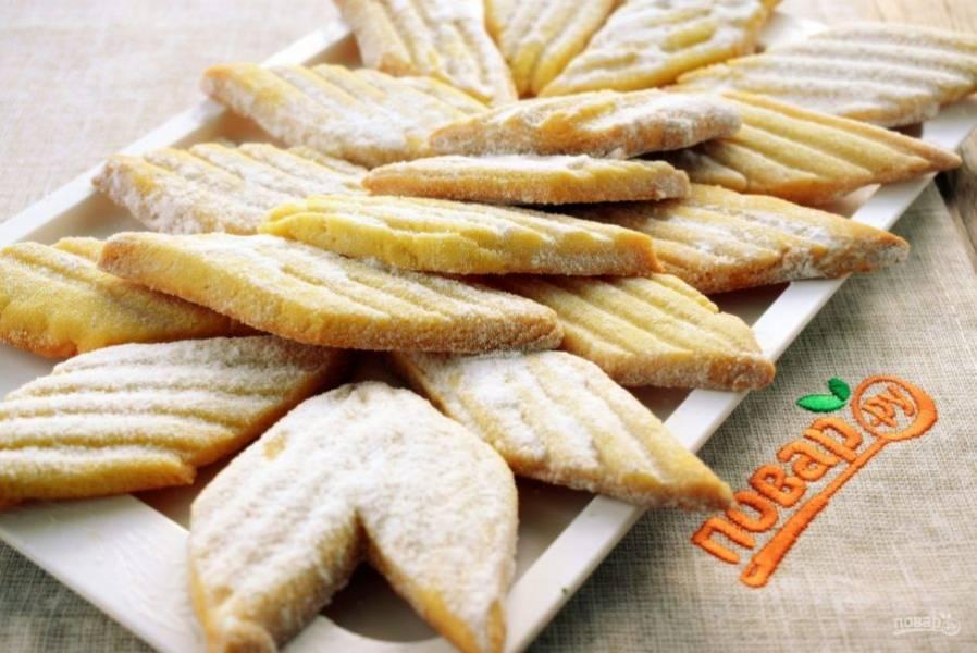 Готовое печенье остудите пару минут на противне, потом снимите и посыпьте сахарной пудрой. Приятного аппетита!