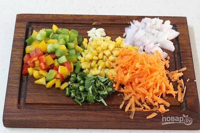Нарежьте мелко все овощи и зелень, морковь можно натереть. Я беру консервированную кукурузу.