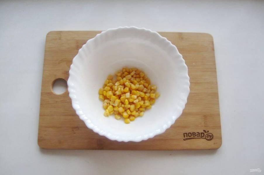 Кукурузу выложите в салатник.