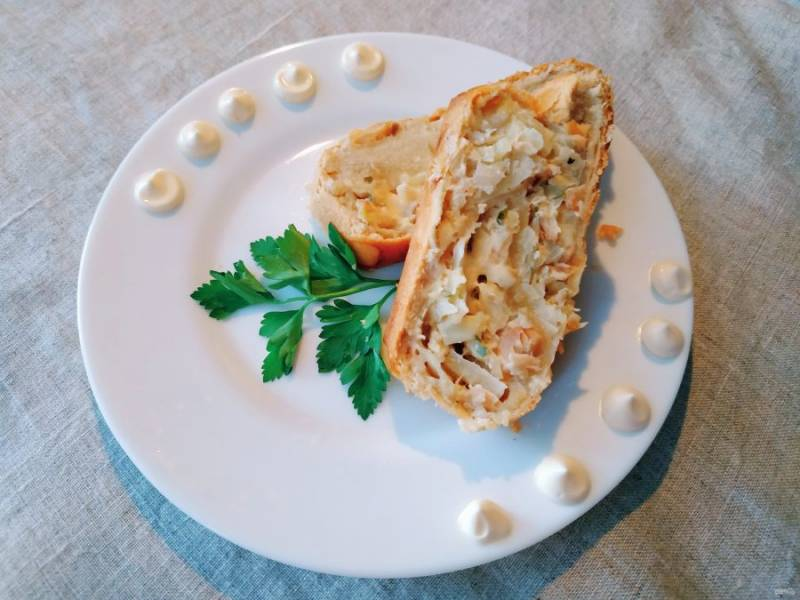 Дайте пирогу немного остыть, порежьте на порции и подавайте на стол.