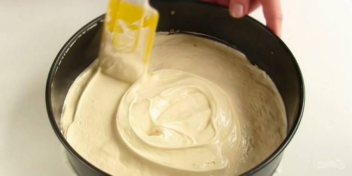2. Муку смешайте с крахмалом и разрыхлителем, после чего просейте ко взбитым яйцам. Перемешайте тесто лопаткой. Дно формы диаметром 24 см застелите пергаментом, выложите тесто.