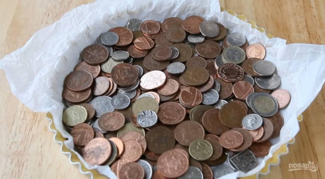 5.Наколите дно вилкой. Застелите пергаментную бумагу и засыпьте в форму фасоль или горох, у меня были только металлические монеты. Оставьте тесто в холодильнике на 15-20 минут.