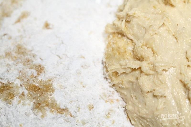 3. Перемешайте, дайте постоять полчасика. После добавьте оставшуюся муку, растопленное масло, сахар (идеально – с цедрой лимона и апельсина). Вымешивайте не менее 10 минут!