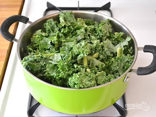 2 ст. ложки масла разогрейте в кастрюле с толстым дном. Добавьте в неё нарезанную капусту с водой. Тушите её в течение 5 минут, чтобы она стала мягкой.