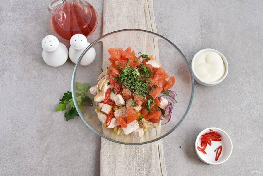 Добавьте нарезанные кубиками помидоры и куриное филе, посолите и поперчите по вкусу. Добавьте рубленую зелень петрушки.