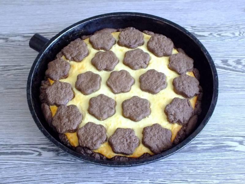 Готовый пирог достаньте из духовки. Выдержите 20 минут.
