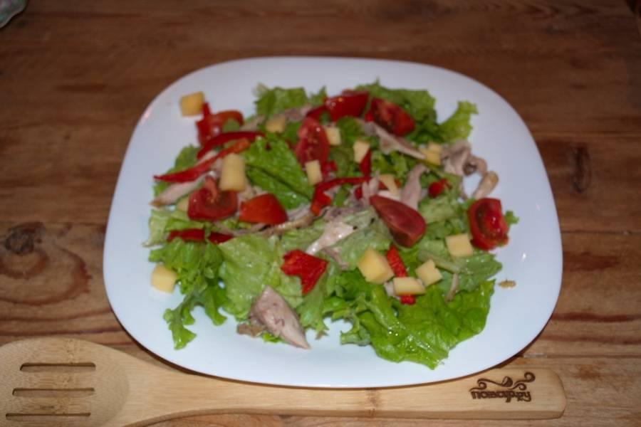 Нарежьте небольшие помидоры полукольцами. Помидоры должны быть упругими. Для данного салата слишком мягкие не годятся. Твердый сыр нарезаем кубиками.