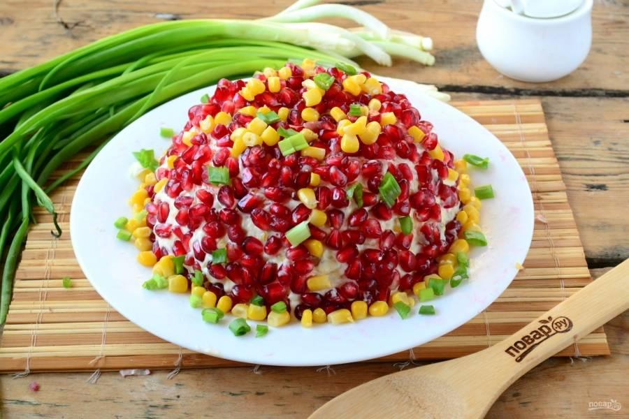Дополнительно украсьте салат кукурузой и рубленым зеленым луком. Как видите, салат получился очень ярким, праздничным и невероятно вкусным. Очень советую всем!
