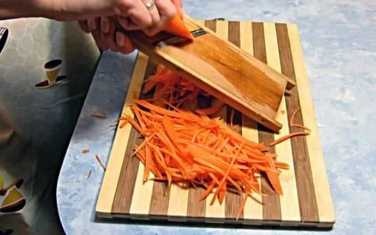Тем временем трем морковь на терке для моркови по-корейски.