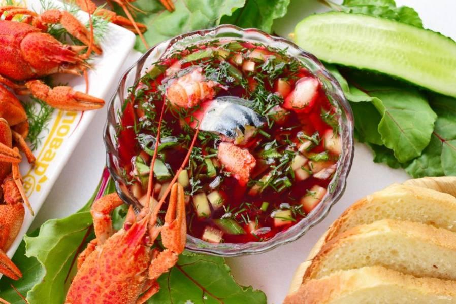 Остывших раков очистите, достаньте мясо из клешней. Добавьте кусочки рыбы и раков в ботвинью. Приятного аппетита!