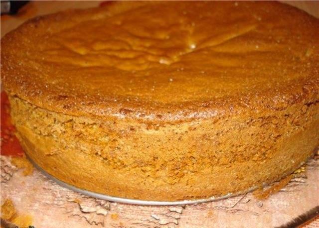 Для приготовления бисквита необходимо взбить в пышную пену яйца с сахаром, затем добавить туда ванильный сахар и просеянную муку. Приготовленное тесто следует перелить в предварительно смазанную маслом форму. Выпекать при температуре 200 градусов до готовности.