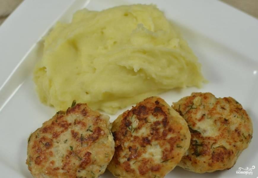 Котлеты из лосося подаем с картофельным пюре или рисом. Приятного аппетита!