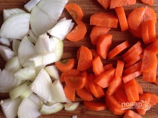 Морковь с луком очистим и нарежем. Лук нарезаем четвертькольцами, морковь — полукольцами.