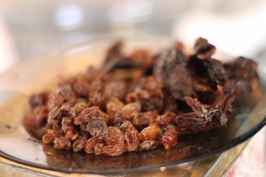 Картофель почистить и нарезать небольшими дольками, промыть чернослив и изюм.