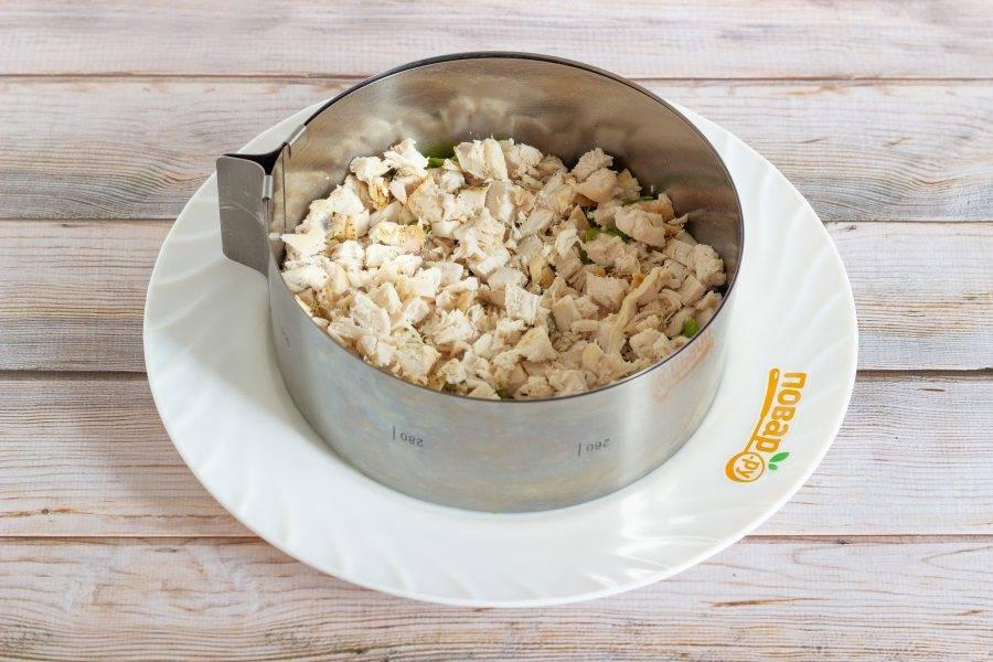 2 слой: готовое куриное филе, нарезанное небольшими кусочками, затем майонез.