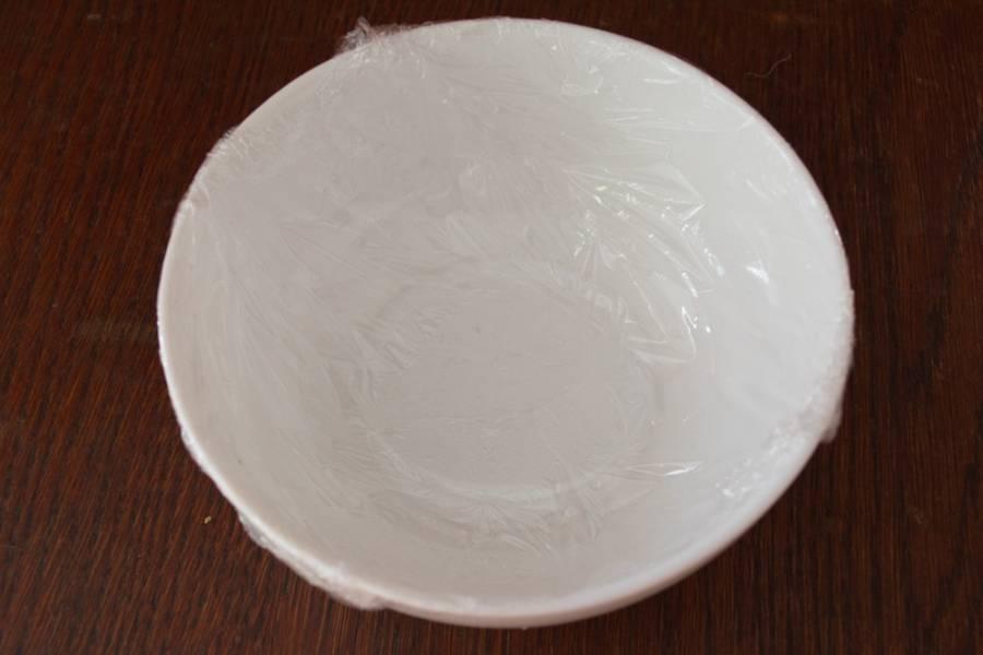 Подготовьте глубокую миску для салата. Оберните ее пищевой пленкой или используйте одноразовый пакет-майку.