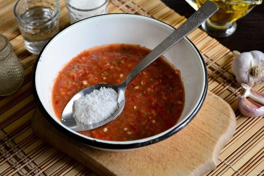 Овощи перекрутите через мясорубку, всыпьте соль, сахар и перемешайте.