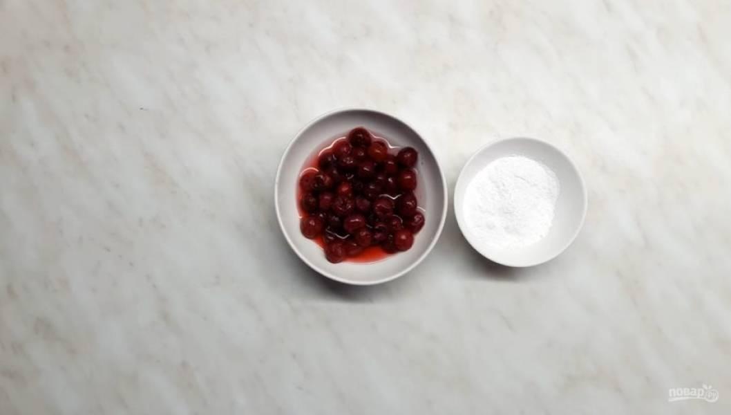 2. Тем временем вишню очистите от косточки, добавьте к ней сахарную пудру и пару ложек воды. Перебейте ягоду в блендере и процедите через сито. Добавьте туда 1,5 ст. ложки разведенного желатина и перемешайте.