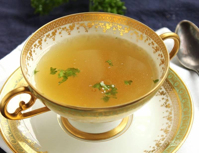 Особенно хорош свежий куриный бульон с зеленью и ломтиком бородинского хлеба! Можете подавать его сразу. А можете приготовить суп на нем. Приятного аппетита!