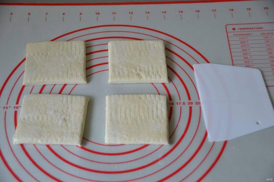 Разделите тесто на 4 части.