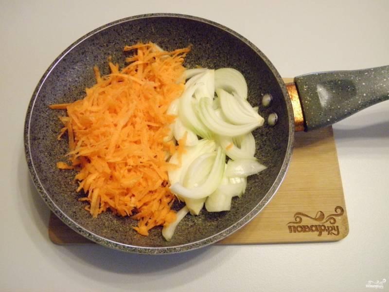 Лук и морковь с солью поджарьте на масле до готовности.