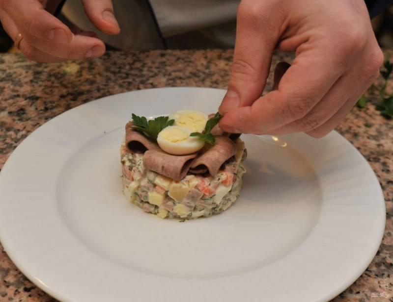 5. Сверху я украсила нарезанным тонкими слайсами языком и перепелиным яйцом, разрезанным пополам.